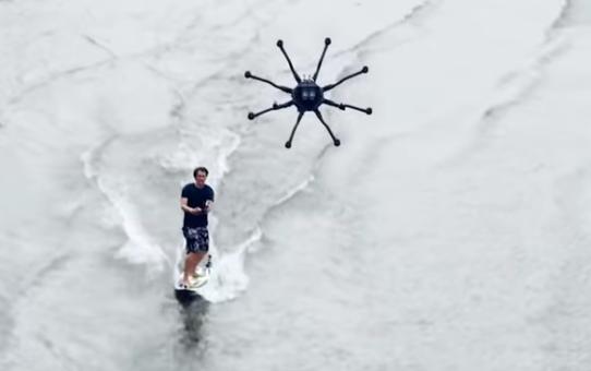 Dronesurfing : Un surfeur tracté par un drone !